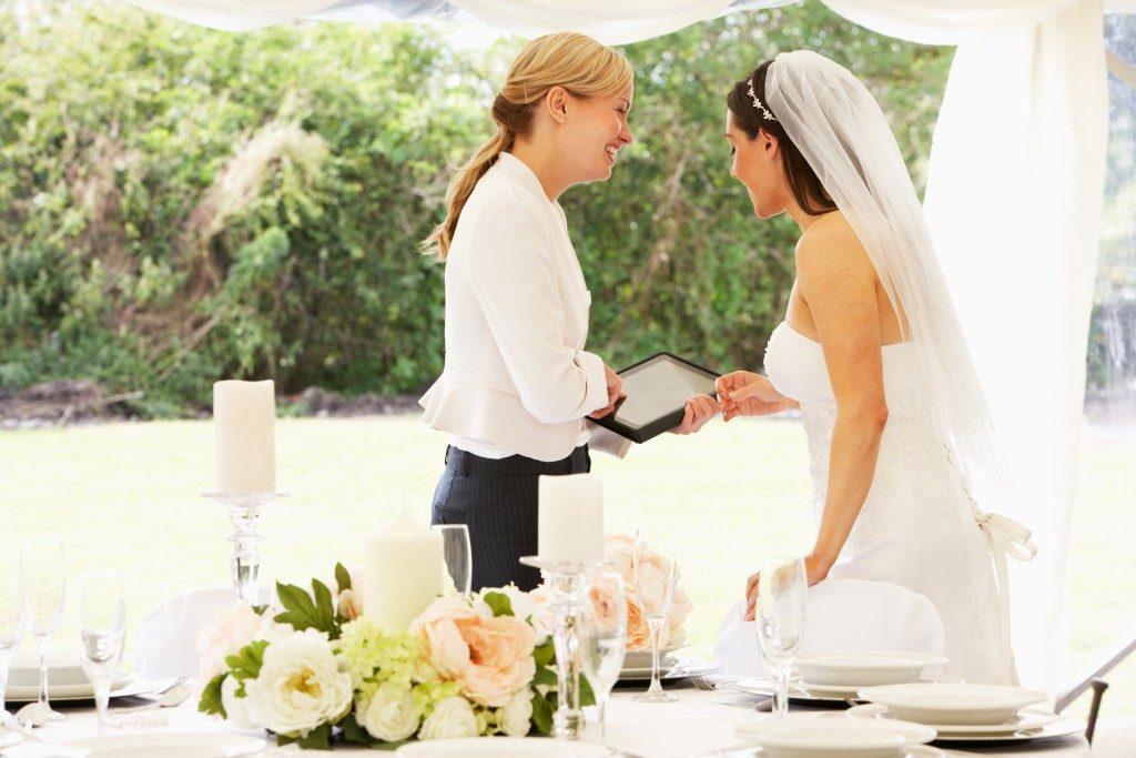 bride talking to a wedding coordinator