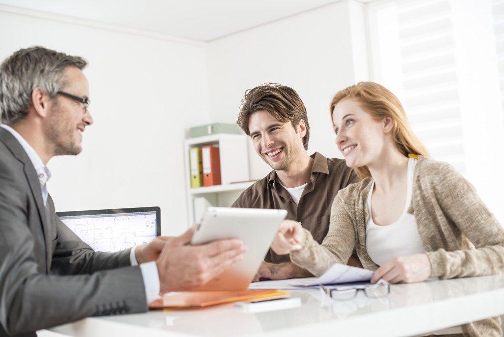 reak estate agent with client
