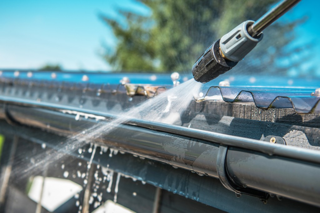 cleaning roof gutters